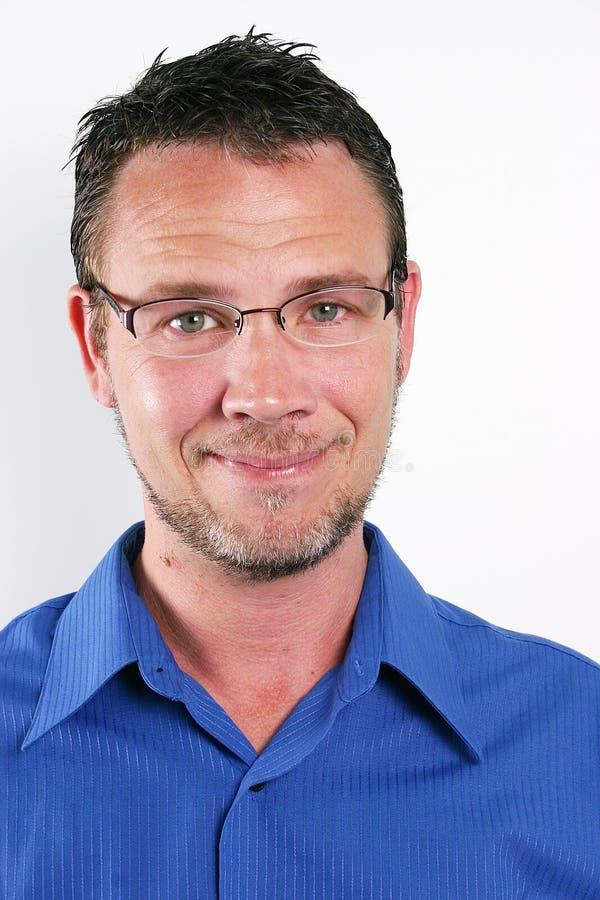постаретая середина человека bifocals красивая стоковая фотография