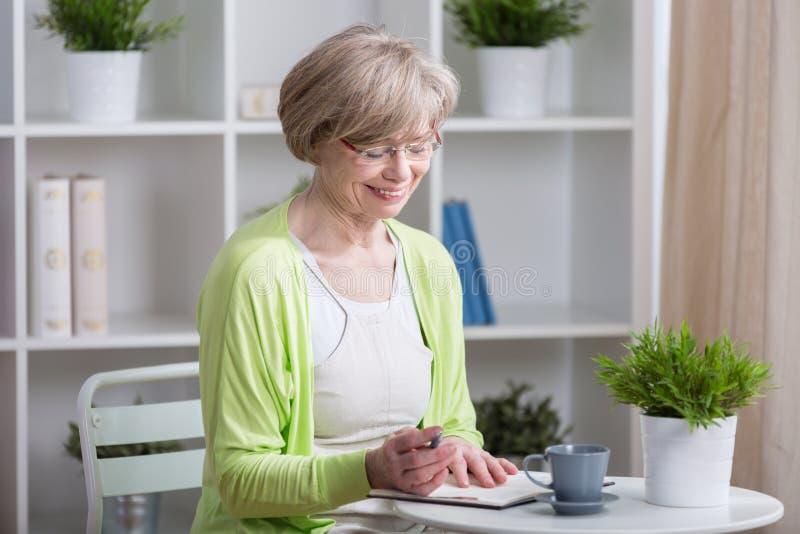 постаретая счастливая средняя женщина стоковое фото