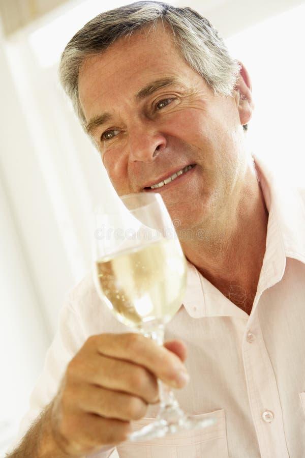 постаретое вино середины человека выпивая стекла стоковое фото