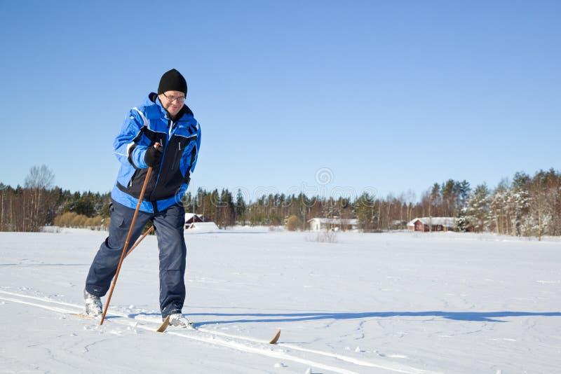 постаретое катание на лыжах человека среднее стоковое фото rf