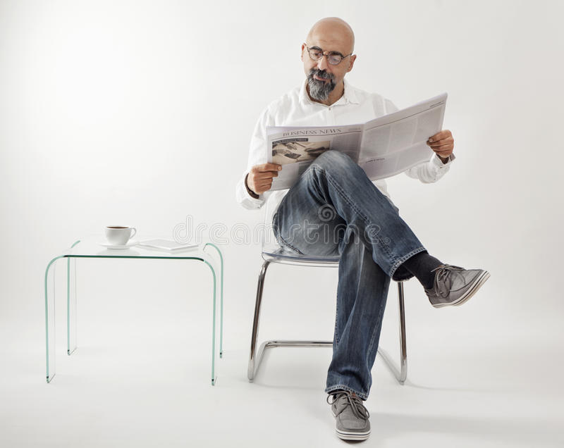 постаретое чтение газеты человека среднее стоковое фото