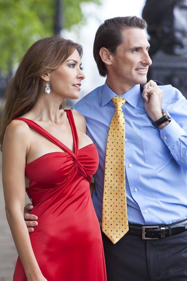 постаретые пары укомплектовывают личным составом среднюю романтичную женщину стоковое фото rf