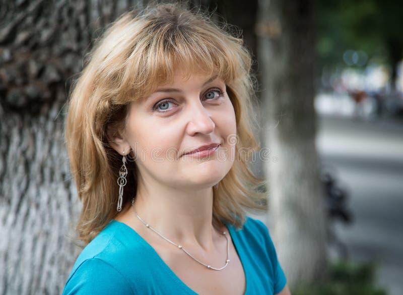 постаретые средние женщины портрета стоковая фотография rf