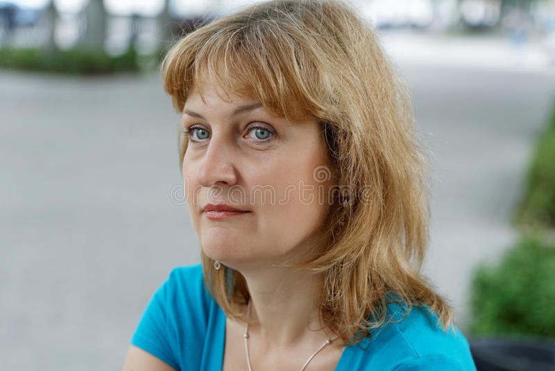 постаретые средние женщины портрета стоковое изображение