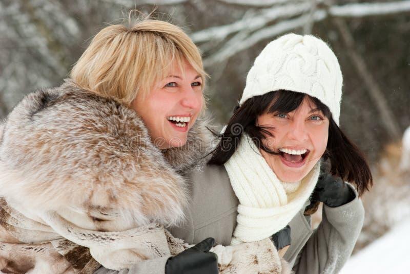 постаретые счастливые женщины середины 2 стоковое изображение