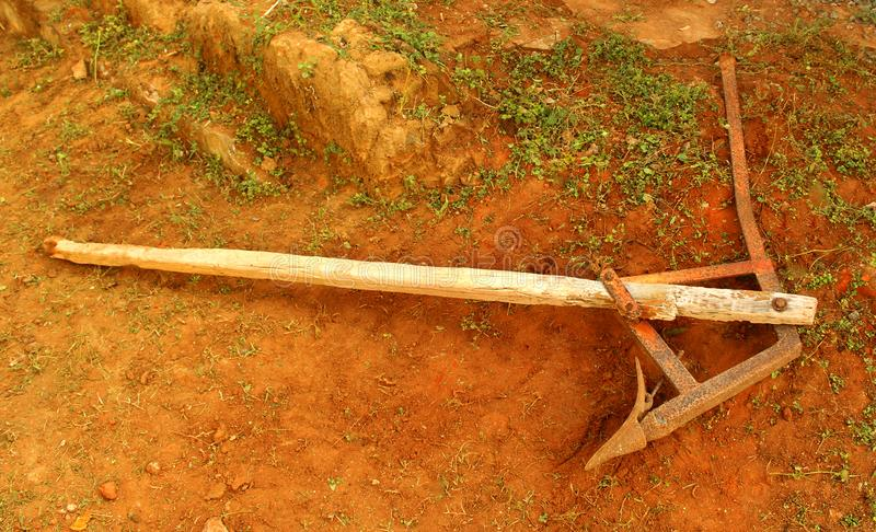 Постаретый аграрный плужок сделанный от металла и древесины стоковые фото