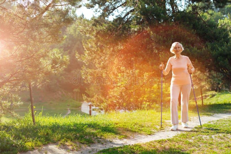 Постаретый позитвом образ жизни женщины ведущий здоровый стоковые фотографии rf