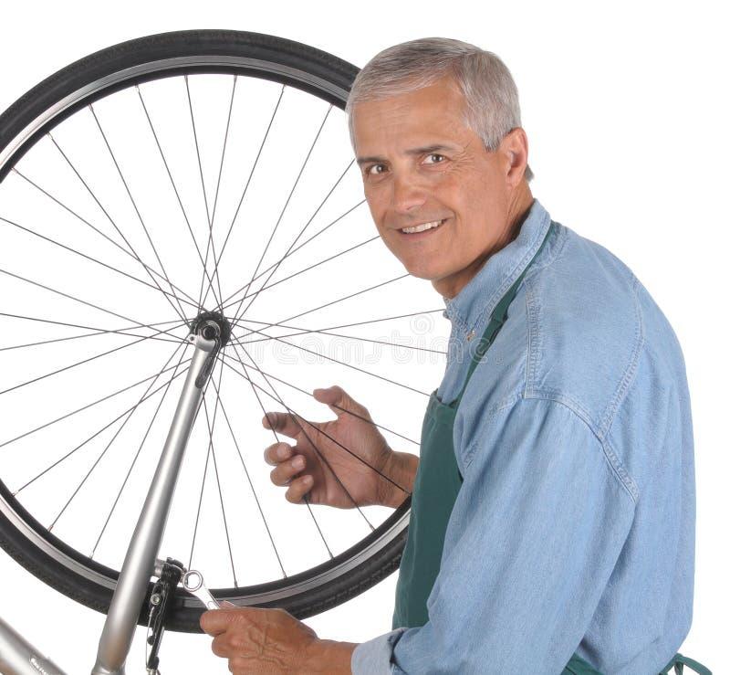 постаретый ремонтировать человека велосипеда средний стоковые изображения