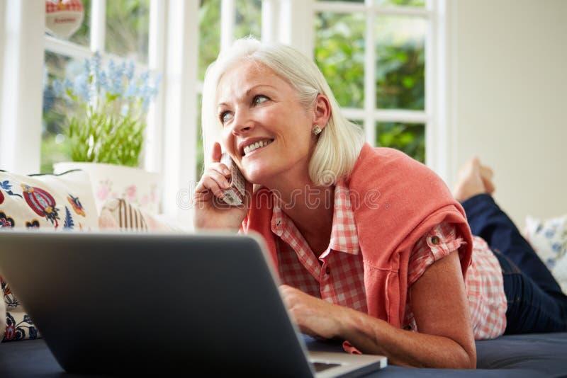 Постаретый серединой деталь женщины приказывая на телефоне стоковое фото