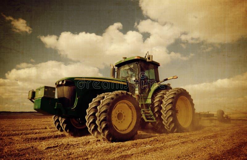 постаретый трактор поля стоковые фото