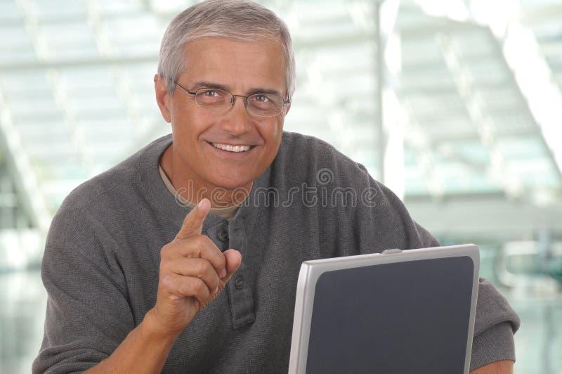 постаретый указывать человека компьтер-книжки средний стоковые изображения