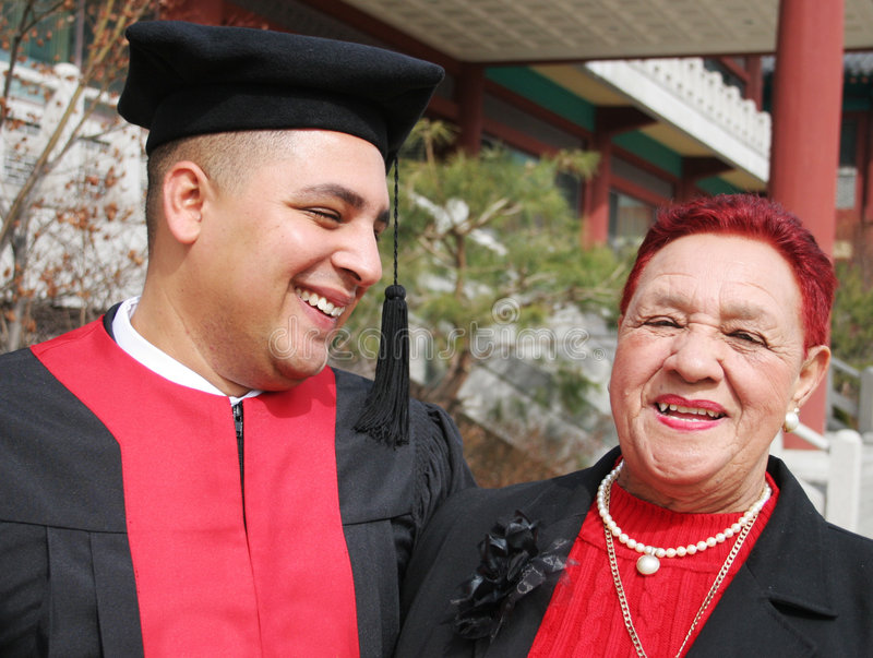 постдипломная бабушка счастливая его доли момента стоковые фото