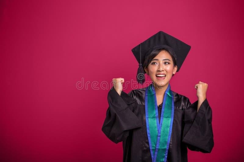 Постдипломный студент девушки выражая утеху, gladness, ободрение, сверх стоковое изображение rf
