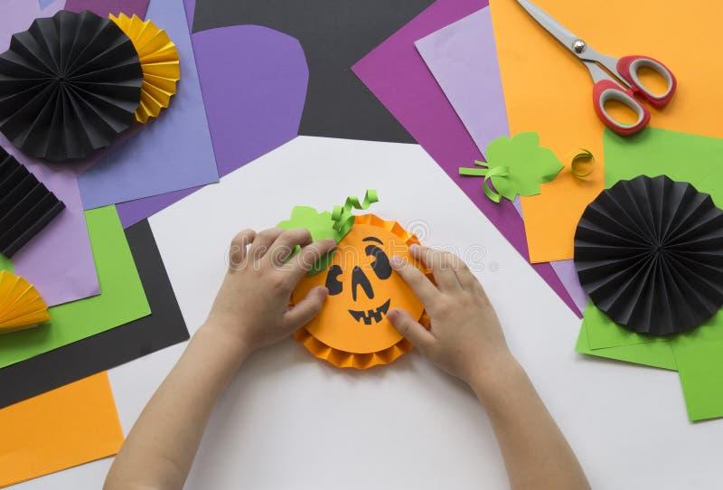 Постепенный мастерский класс Создайте украшение для партии от тыкв хеллоуина стоковое изображение