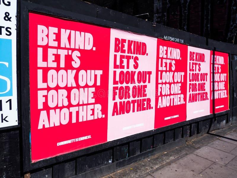Постер `Be Kind' Рекламная кампания, направленная на повышение морального духа лондонцев во время блокировки Пандемия Covid-19 По стоковое фото rf