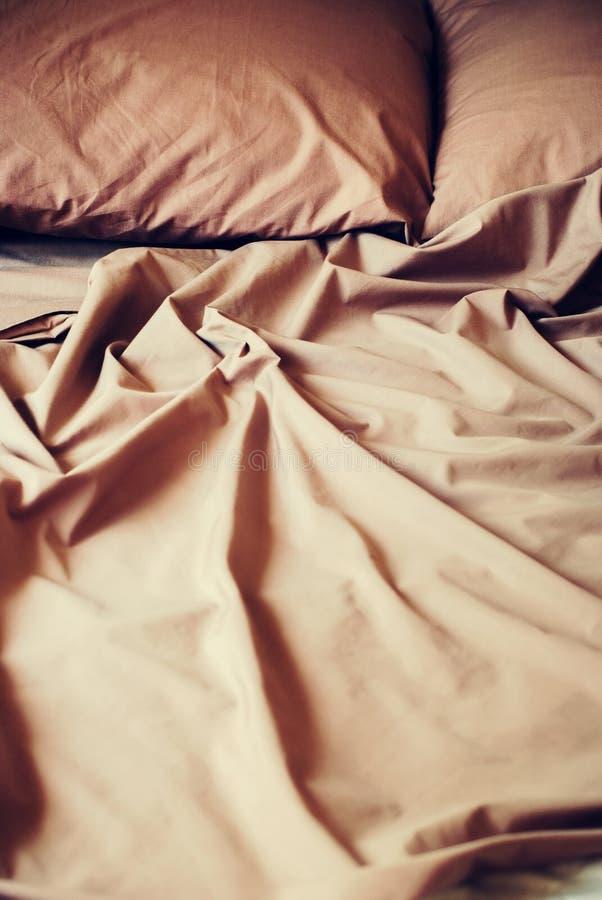 Постельные принадлежности покрывают шоколад подушки - коричневый цвет стоковое изображение rf