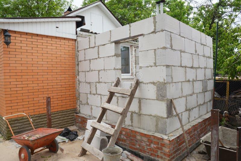 Построение дома из автоклавных бетонных блоков в кирпичный дом стоковое изображение rf