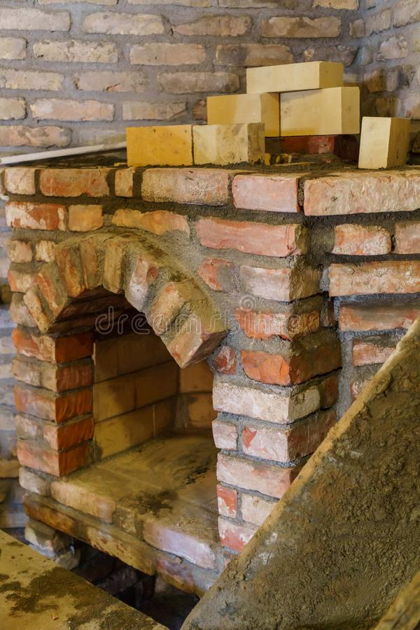 Построение камина в доме используя старые кирпичи Красивый bricklaying стоковые изображения