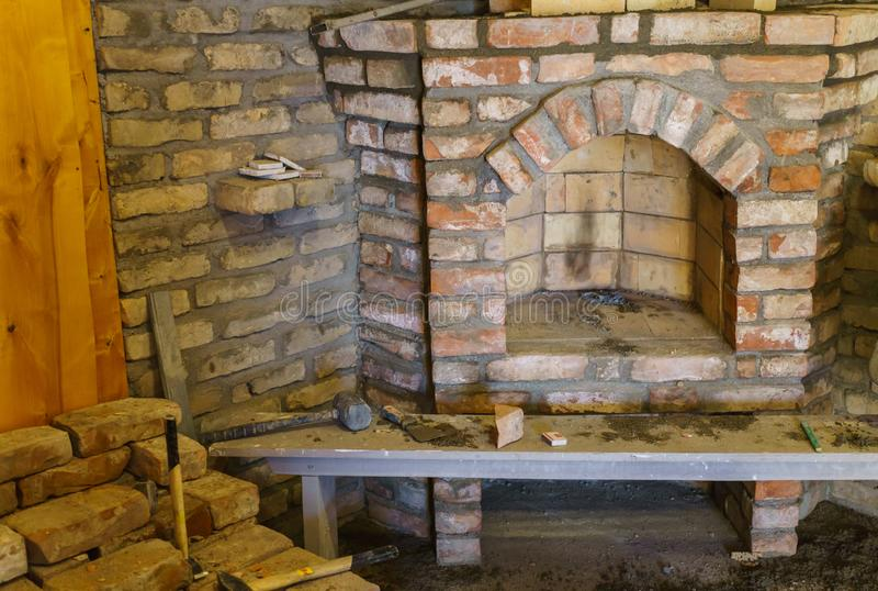 Построение камина в доме используя старые кирпичи Красивый bricklaying стоковая фотография rf