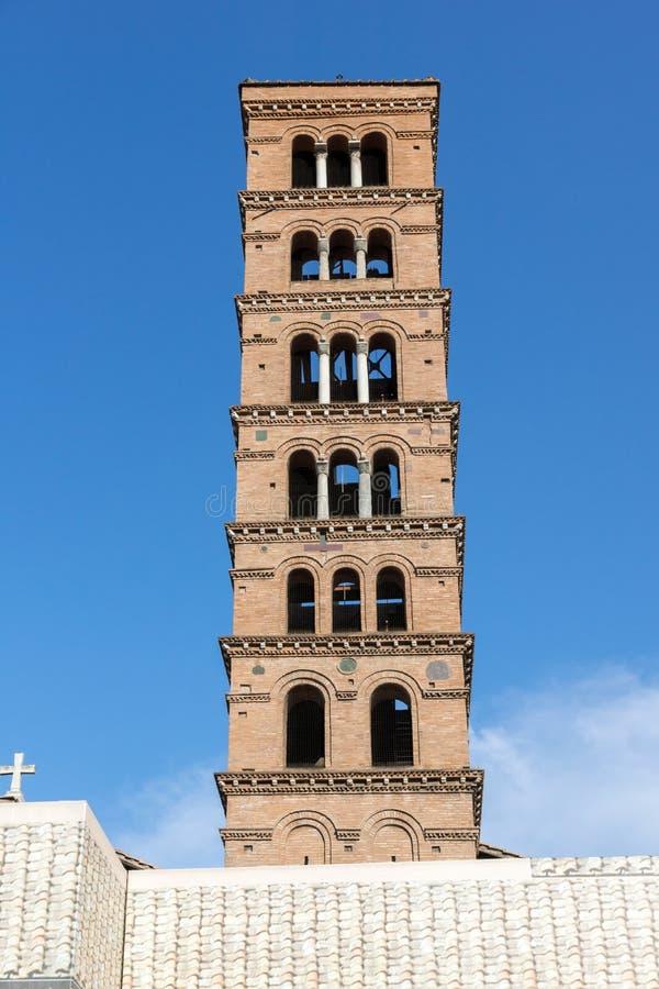 Построение церков Santa Maria в Cosmedin и фонтана тритонов в городе Рима, Италия стоковые фотографии rf