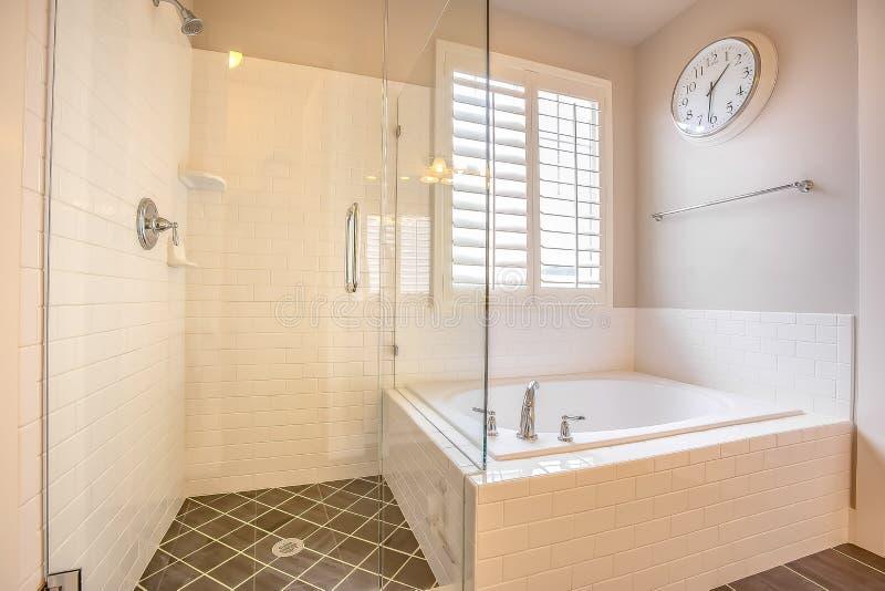 Построенный в ванне и душевой кабине со стеклянной дверью внутри bathroom стоковые изображения rf