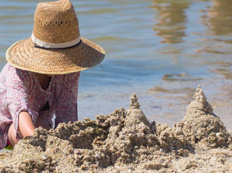 Download Построенный замок песка дома с башнями на южном береге моря сини песчаного пляжа Стоковое Изображение - изображение: 76245985