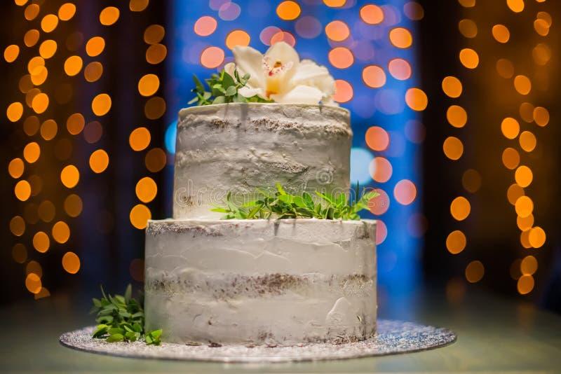 Download Построенный на разных уровнях свадебный пирог с естественными цветками на предпосылке Bokeh Стоковое Изображение - изображение насчитывающей backhoe, человек: 81808641