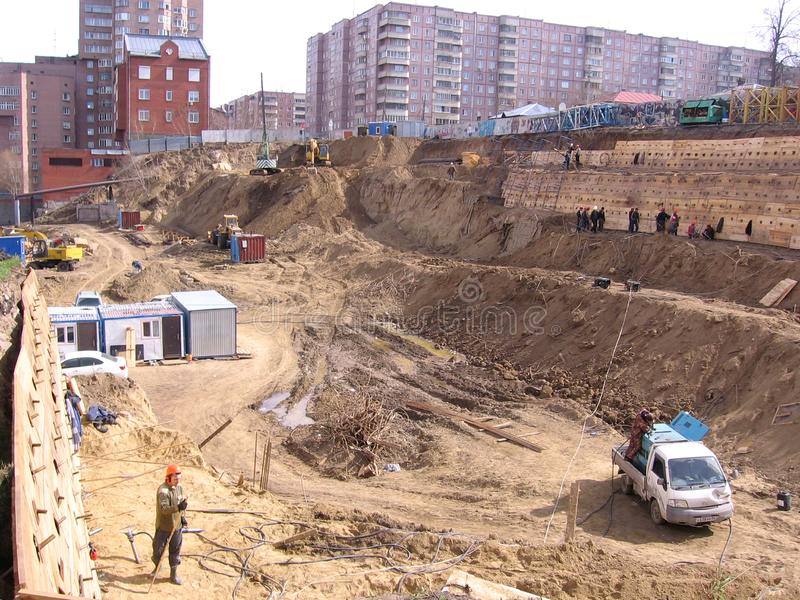 Построители   Ñ Ñ€ÑƒÑ  Ñ работая усилить большую яму с деревянными полами стоковые изображения rf