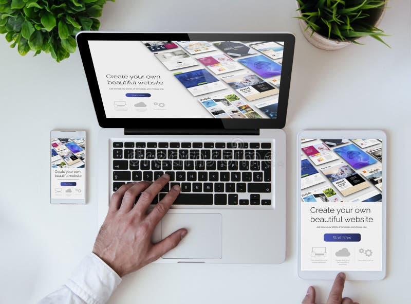построитель вебсайта столешницы офиса холодный стоковое фото rf