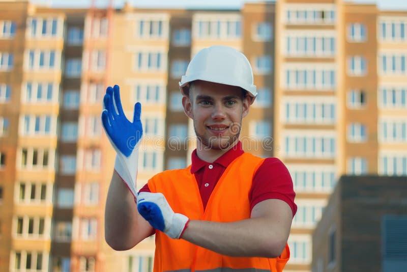 Построитель кладя перчатки защиты на руки для работы стоковое фото rf