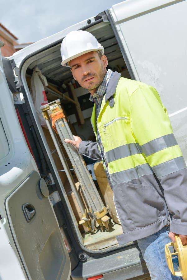 Построитель принимая фургон тележки инструментов вне профессиональный стоковые фото