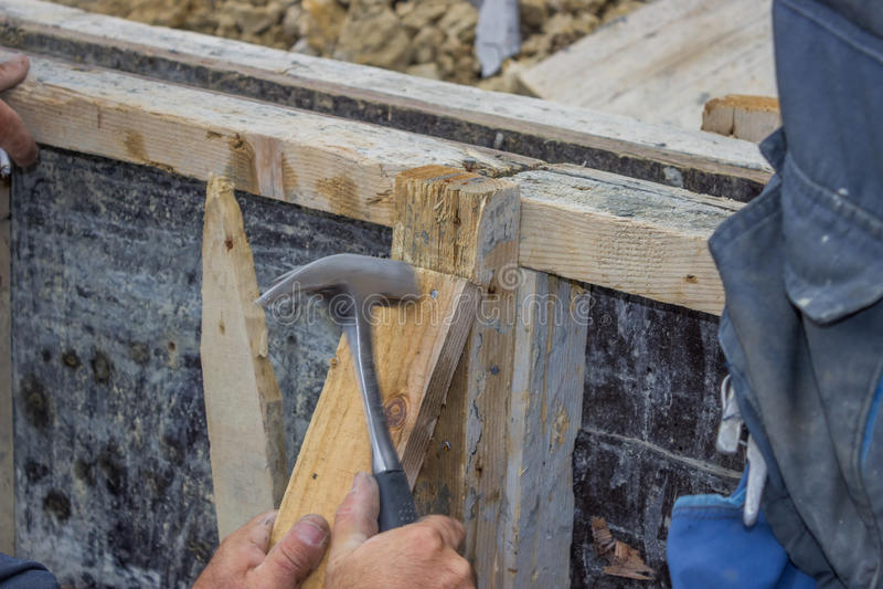Download Построитель бить молотком ноготь молотком в кусок дерева 4 Стоковое Фото - изображение насчитывающей упаковано, экстерьер: 33727332