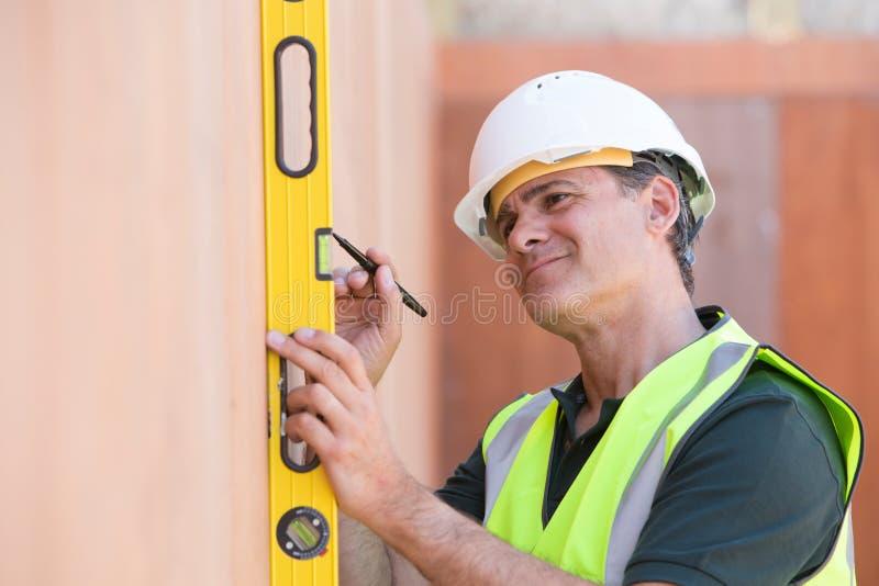 Построитель измеряя с уровнем духа стоковая фотография rf