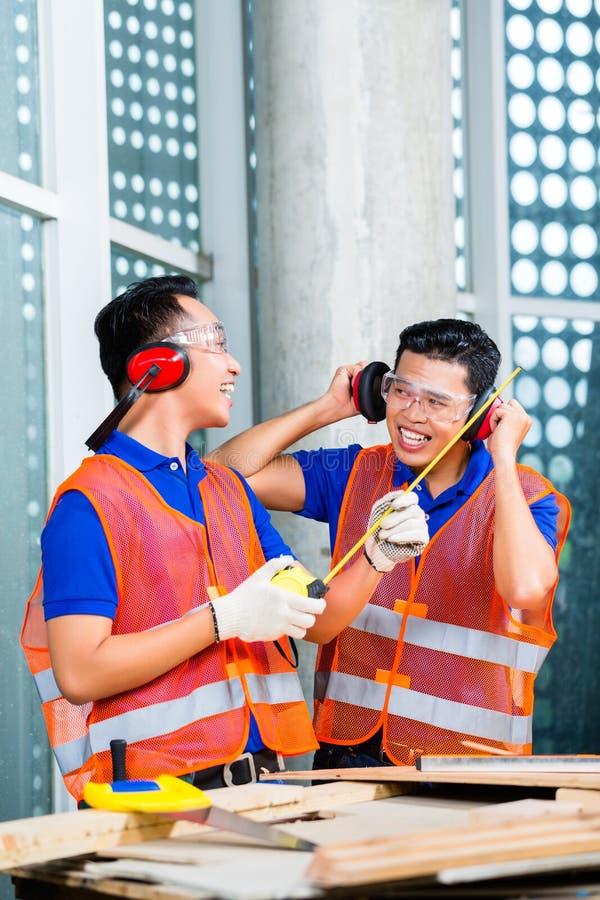 Download Построитель на носить здания или строительной площадки Стоковое Изображение - изображение насчитывающей мастер, строя: 41662863