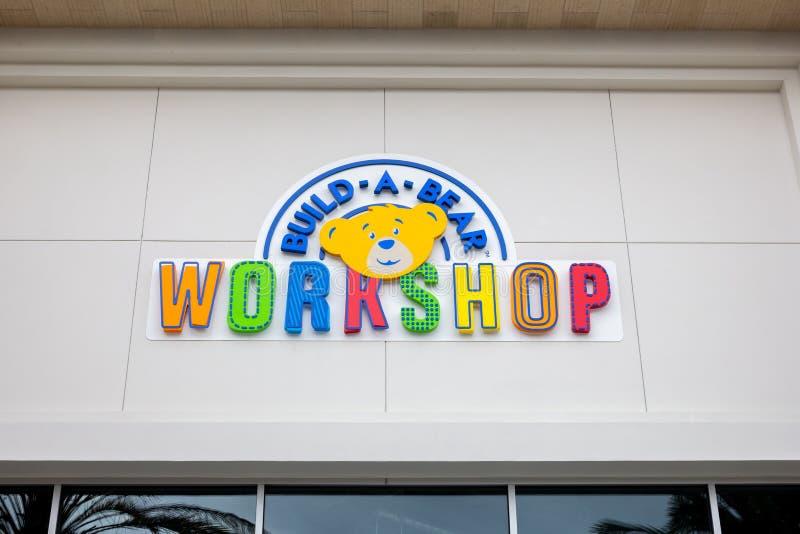 Построьте знак магазина мастерской медведя стоковые изображения