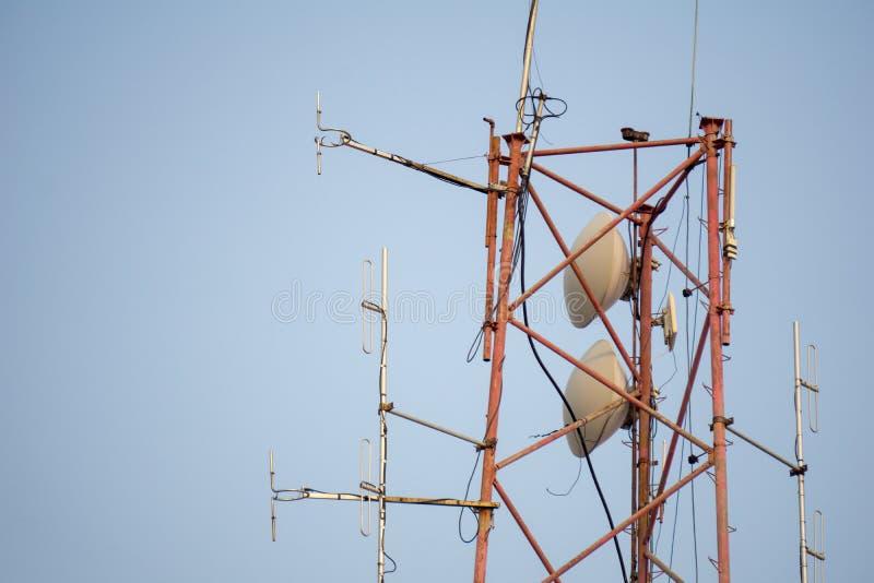 Пост связи с настолько много антенн радио частоты стоковая фотография