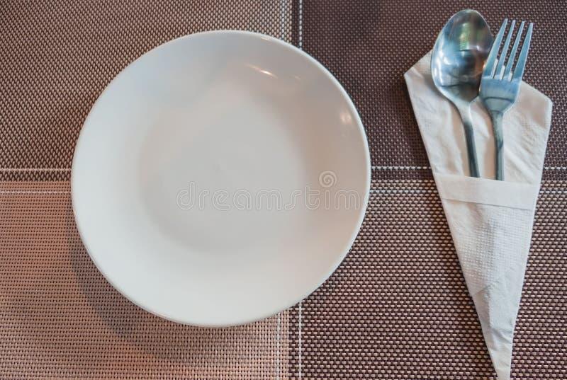 Посуда, ложка и вилка взгляд сверху установленные помещены на таблице стоковая фотография