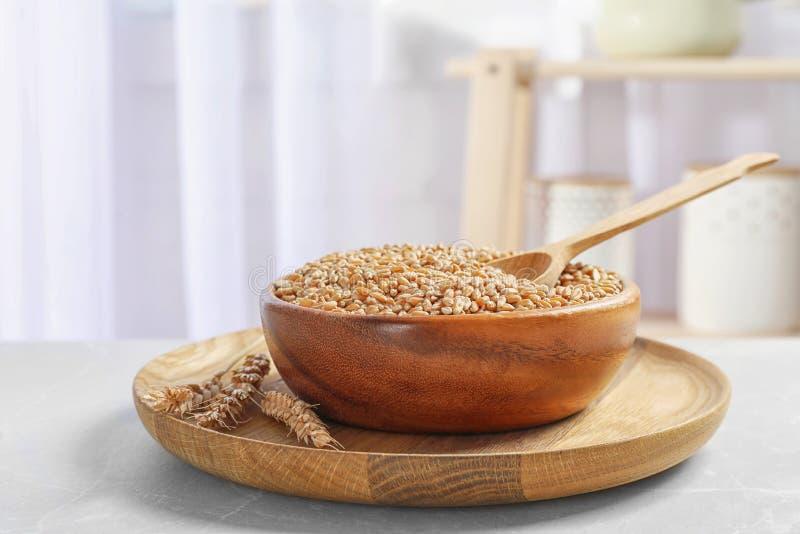 Посуда с пшеницей на таблице стоковая фотография