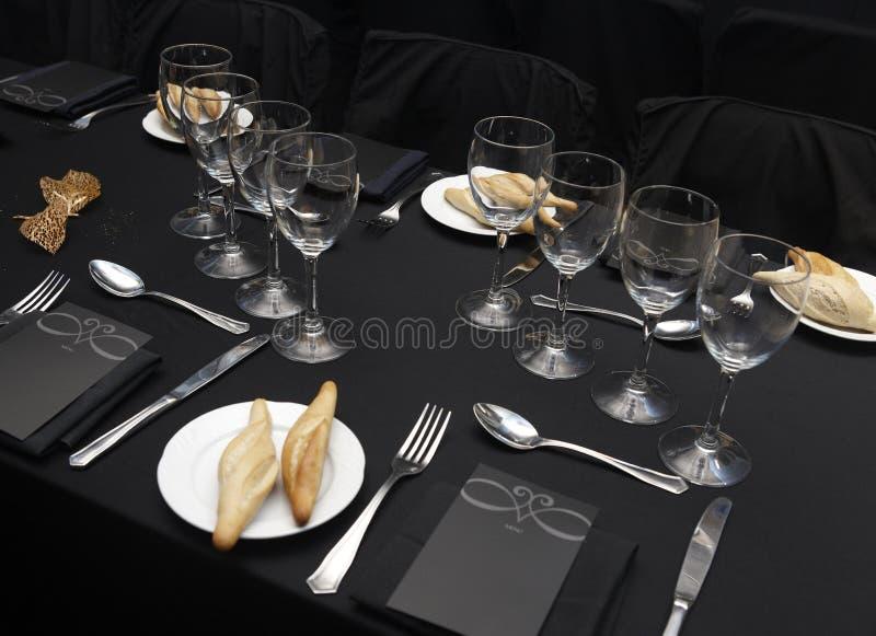 Посуда установленная в таблицу ресторана стоковые изображения