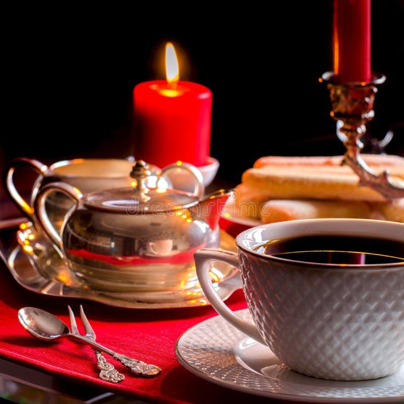 Послеполуденный чай Красивая сервировка стола с свечами стоковое фото