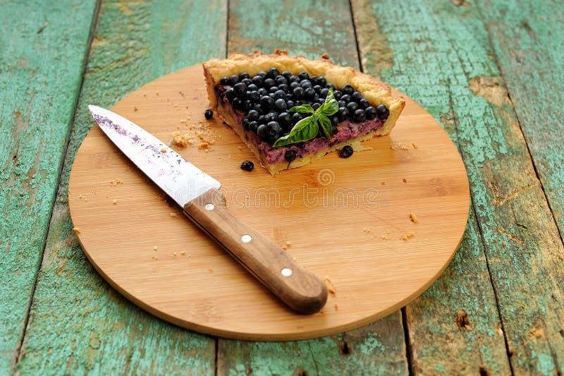Последняя часть домодельного открытого пирога украшенного с свежей синью леса стоковое фото rf