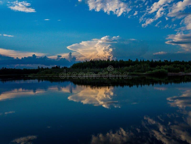 После полудня облака стоковые фото
