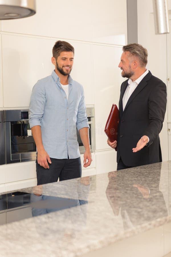 Потенциальный покупатель дома в кухне стоковая фотография rf