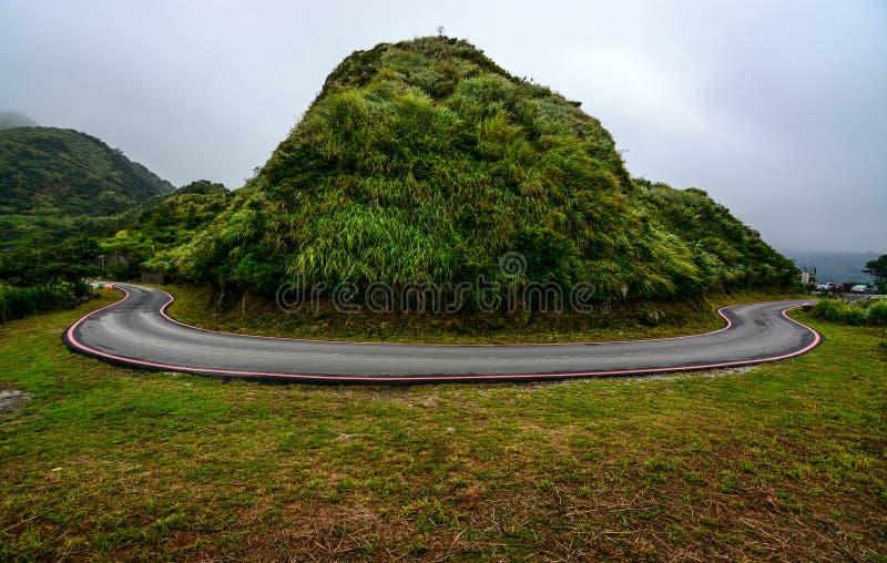 Потенциально опасная кривая hairpin на дороге горы по побережью Jiufen, Тайвань стоковое изображение