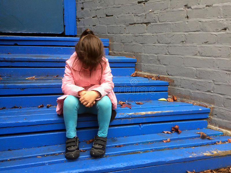 Потерявшийся ребенок плачет на шагах стоковая фотография rf