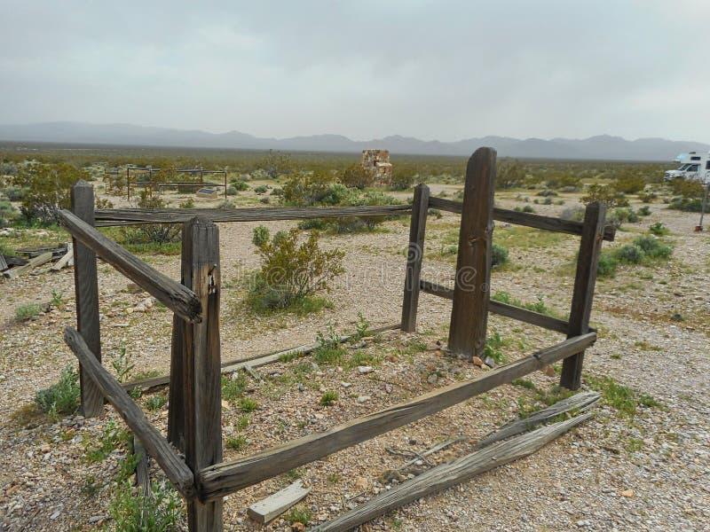 потерянная могила в кладбище стоковые фотографии rf