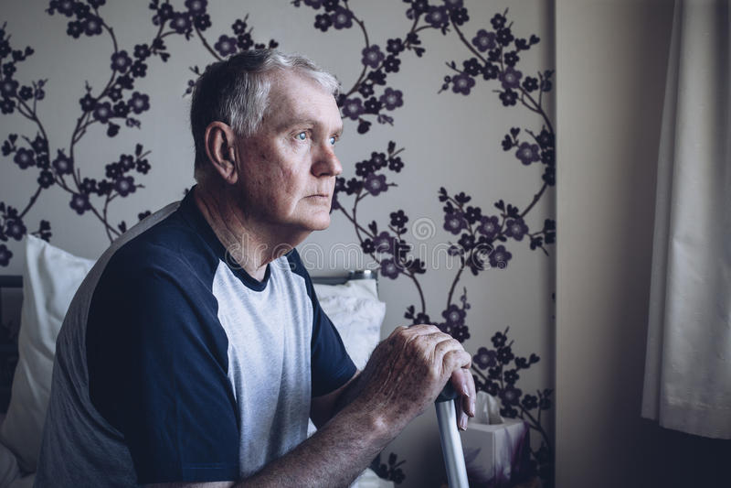 потерянная мысль старшия человека стоковые фото