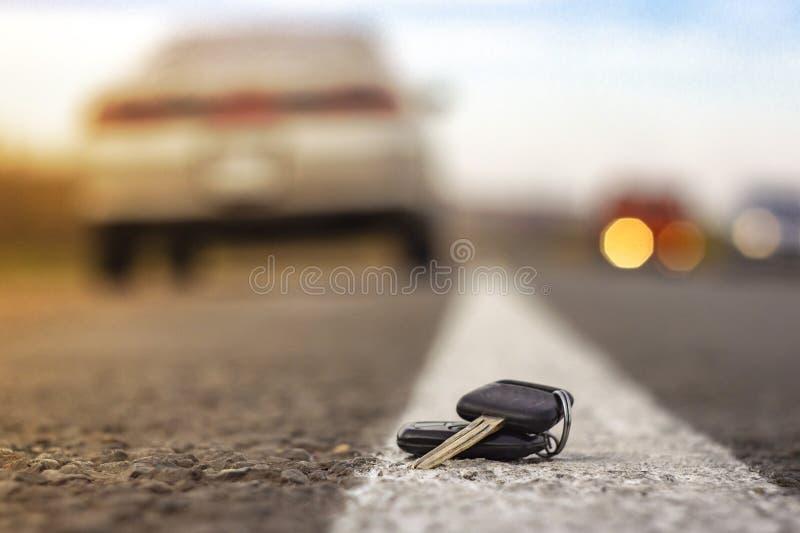 Потерянные ключи автомобиля на упаденных иглах голубого спруса заднее bokeh предпосылки нерезкости стоковое изображение rf