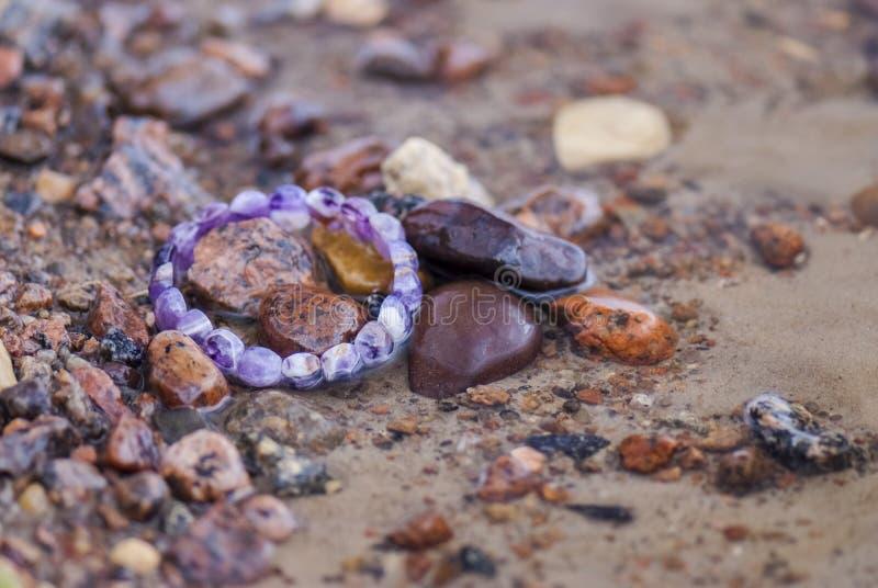 Потерянный браслет в воде (береговая линия) стоковая фотография rf
