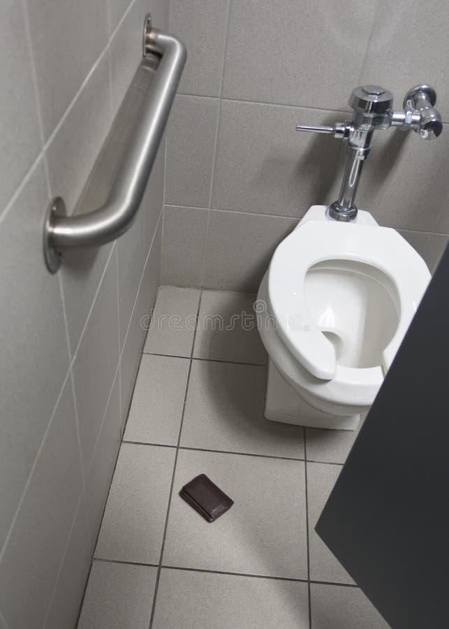 Потерянный бумажник в ванной кабине стоковое фото